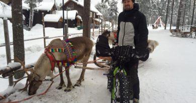 Luca Bettinsoli in Alaska accanto a una renna