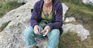 Claudia Ghisolfi sorridente dopo aver fatto un tiro d'arrampicata