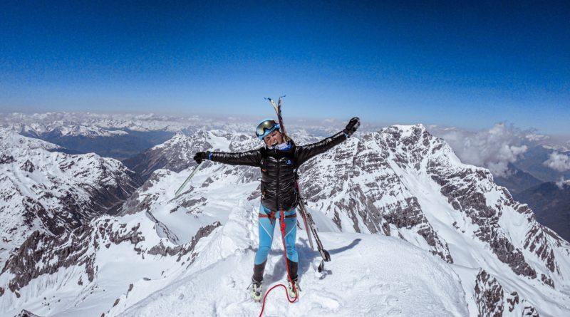 Giulia Compagnoni sorridente dopo un ascesa con gli sci d'alpinismo di una vetta innevata