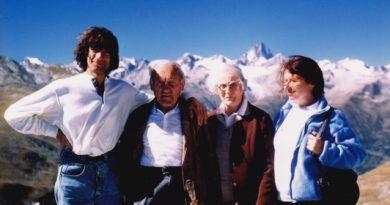 Mirella Tenderini accanto alla moglie di Riccardo Cassin a Riccardo Cassin e a Maurizio Zanolla (Manolo)