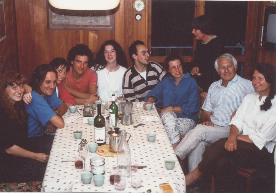 Foto scattata da Roberto Serafin che riprende Mirella Tenderini con tutti i suoi figli e Walter Bonatti